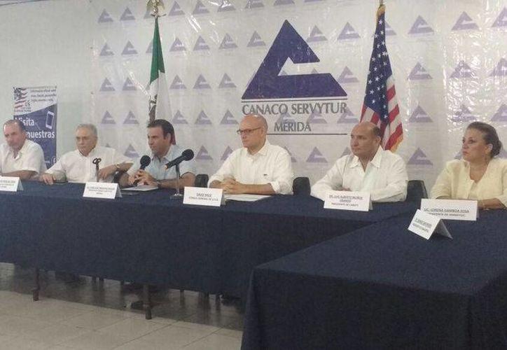 El cónsul de Estados Unidos, David Micó, presentó el programa Global Entry, que permitirá a empresarios locales ingresar más rápido a territorio norteamericano. (Candelario Robles/SIPSE)