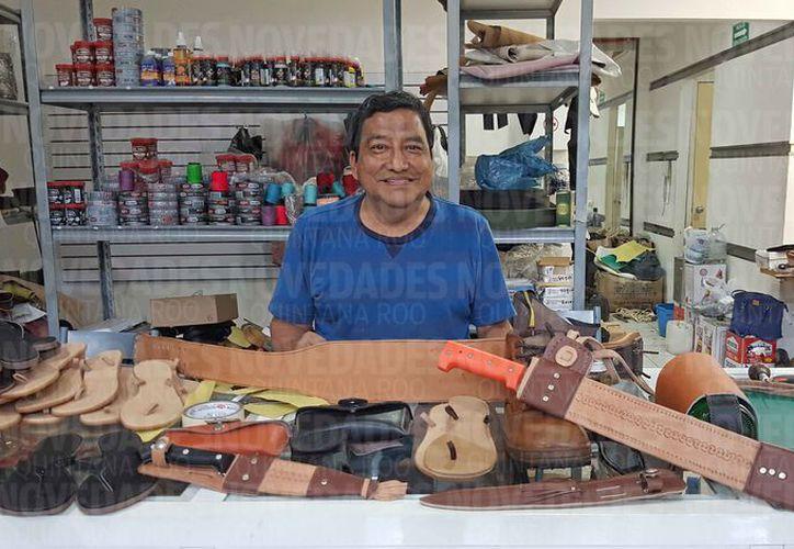 Javier Benítez Orozco dijo que el oficio de talabartero es similar a la de un zapatero. (Jesús Tijerina/SIPSE)