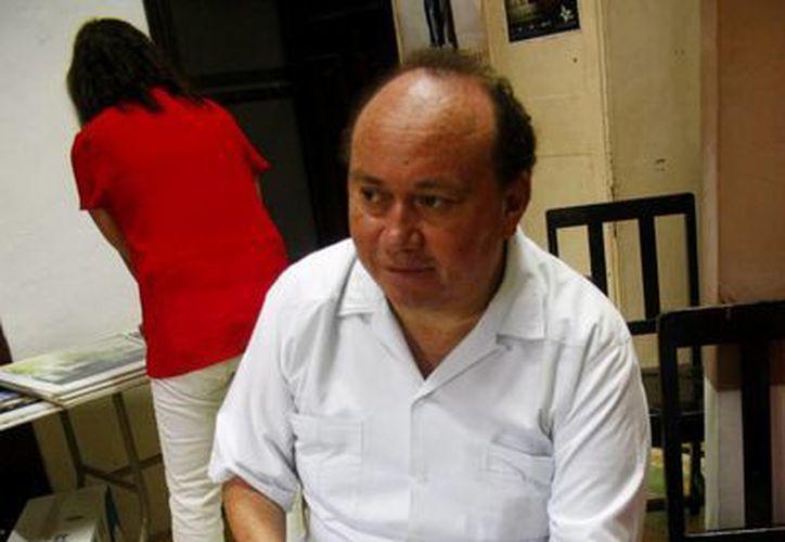 Pbro. Jorge Herrera enseña el proyecto del Centro de Retiros Mi Buena Madre en Chuburná. (Milenio Novedades)
