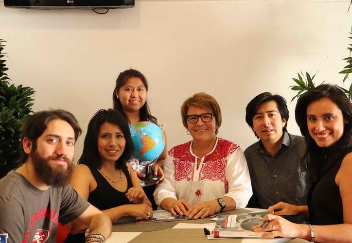 La diputada Laura Beristáin Navarrete durante una reunión con unos jóvenes. (Cortesía)
