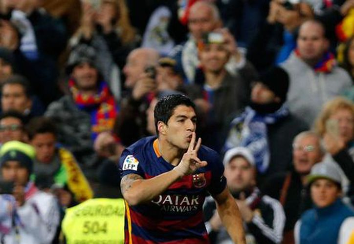 Luis Suárez anotó doblete para llevar a su equipo, FC Barcelona, a aplastar al Real Madrid 4-0 en la Liga de España. (AP)