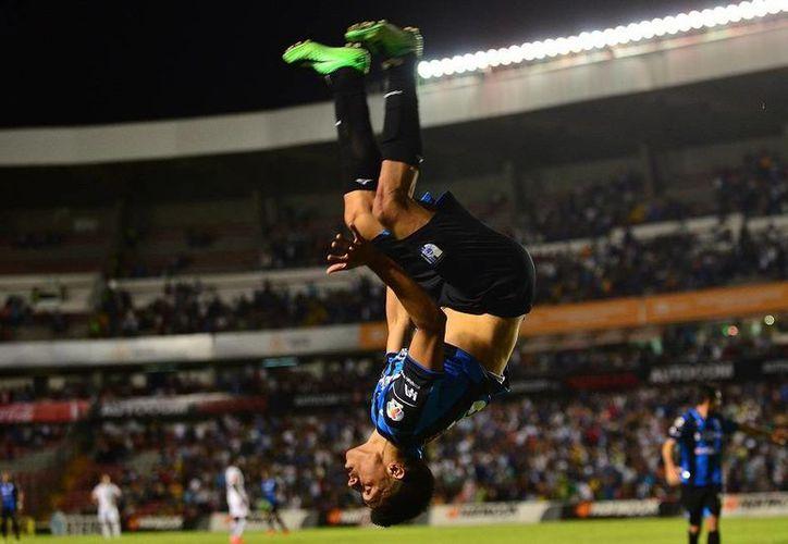 Ángel Sepúlveda festeja uno de los 2 goles con los que su equipo, Gallos  Blancos de Querétaro, derrotó a Tuzos de Pachuca, en la jornada 3 del Apertura 2014 de Liga MX. (Jam Media)