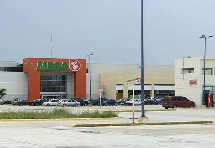 Los simpatizantes del PRI realizaban actos de proselitismo en el estacionamiento del centro comercial. (Foto de Contexto/SIPSE)