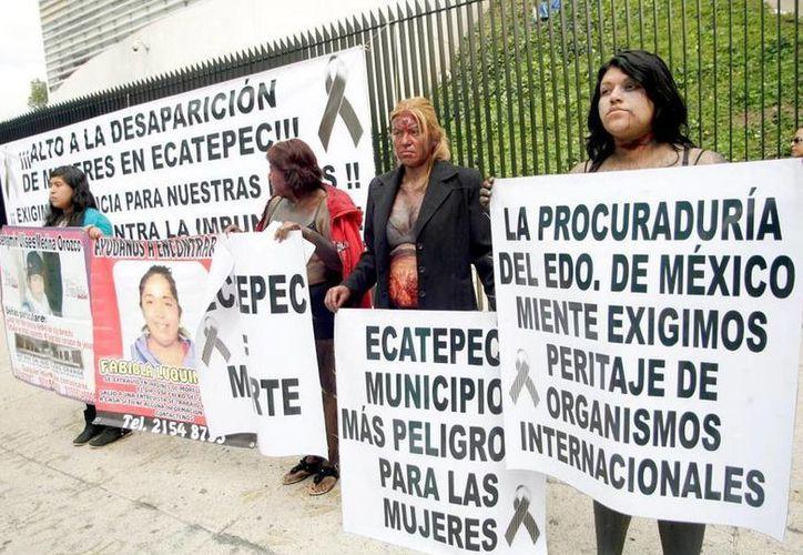 Caracterizadas con golpes y heridas, el grupo de mujeres exigieron el apoyo de las autoridades en el caso de feminicidios. (Twitter/pinguindelacruz)