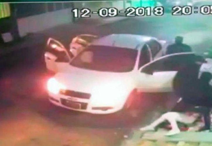 Un video que circula en redes sociales, muestra a tres sujetos capturan a una estudiante de medicina de Veracruz. (Captura de pantalla)