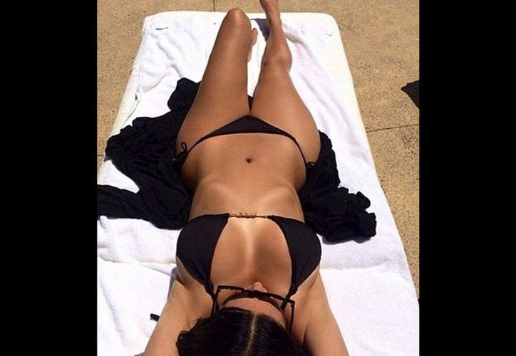 Kim, la estrella del reality Keeping Up with the Kardashians, lució un diminuto bikini negro el tiempo que estuvo disfrutando del sol en playa. (excelsior.com.mx)