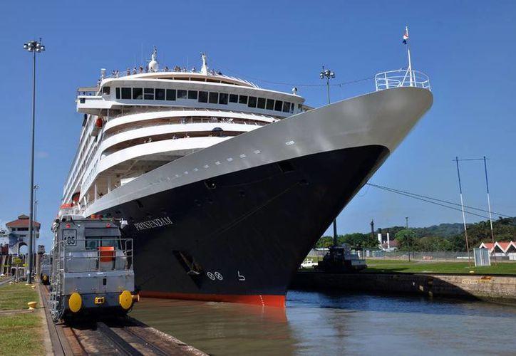 Los panameños celebran este viernes los primeros 100 años de operaciones del Canal de Panamá, por donde transita el 5.0 por ciento del comercio mundial. (Notimex)