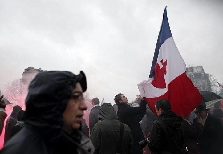 Ciudadanos franceses salieron a las calles para protestar contra el presidente Francois Hollande; aunque inicialmente todo transcurrió el calma, la violencia 'apareció'. Al final, 19 policías resultaron heridos y 250 personas fueron detenidas. (Agencias)