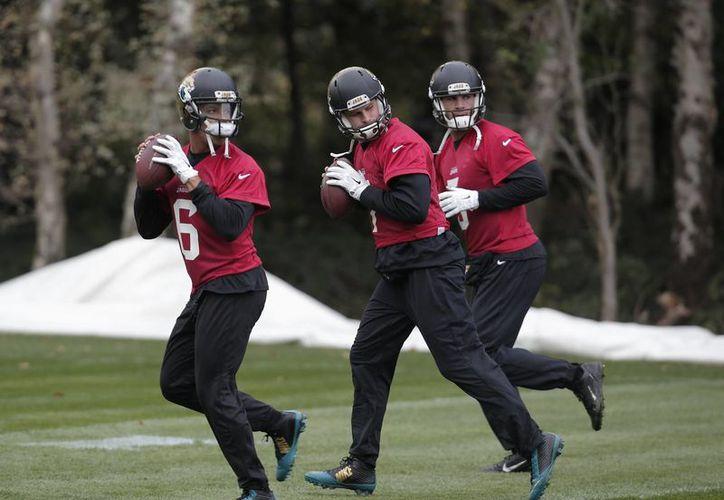 Los quarterbacks Stephen Morris, Chad Henne y Blake Bortles, de Jaguares de Jacksonville durante un entrenamiento en Londres, donde el año que viene se enfrentarán a los Vaqueros de Dallas. (Foto: AP)