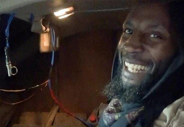 En el video compartido por el Estado Islámico se puede ver a Jamal Udeen Al-Harith sonriendo momentos antes de cometer el atentado en  una base del Ejército iraquí. (actualidad.rt.com)