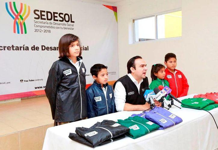 Imagen del anuncio de entrega de los abrigos a los alumnos de mil 298 primarias públicas de los 106 municipios, por parte de Sedesol. (Milenio Novedades)