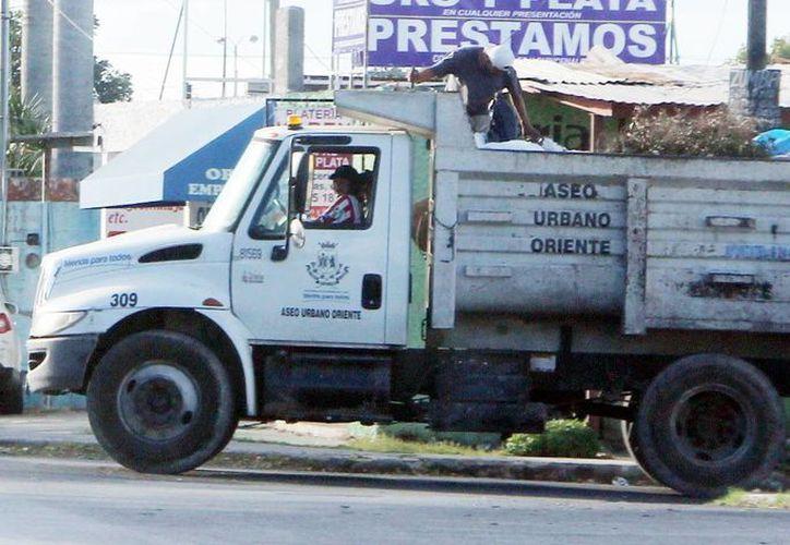 No habrá recolección de basura el 25 de diciembre, ni el 1 de enero. Imagen de un camión de recolección en el oriente de Mérida. (Milenio Novedades)