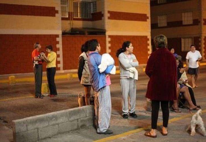 Capitalinos salieron a las calles debido al sismo en la madrugada. (Milenio)
