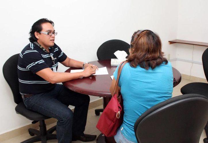 La mediación entre los afectados evita mayores problemas legales y pérdida de tiempo. Imagen de un funcionario durante la firma de un convenio de mediación en la FGE.(Milenio Novedades)