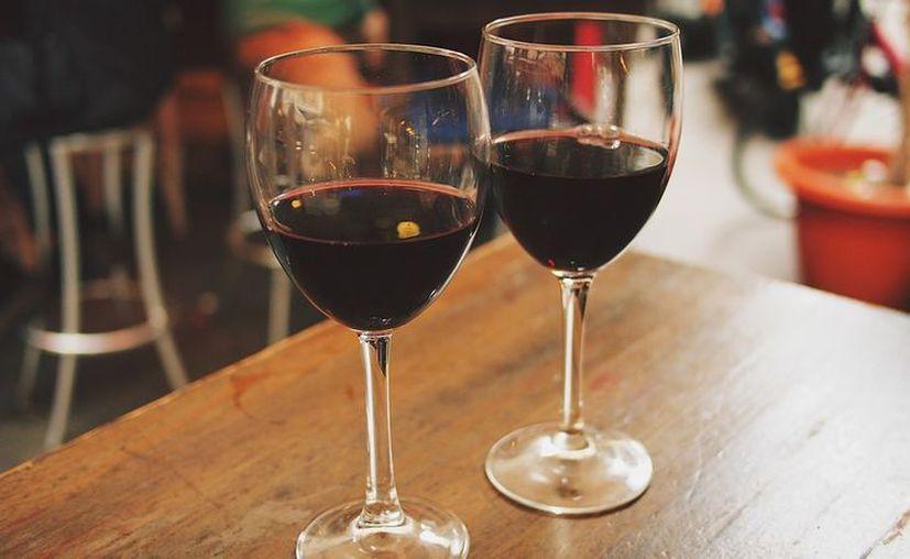 De acuerdo con un estudio realizado en Estados Unidos, conforme aumenta el nivel educativo de las personas, más dinero invierten en alcohol. (Pixabay)