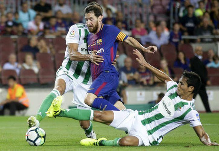 El Barcelona venció 2-0 a un inoperante Betis de Andrés Guardado. (AP)