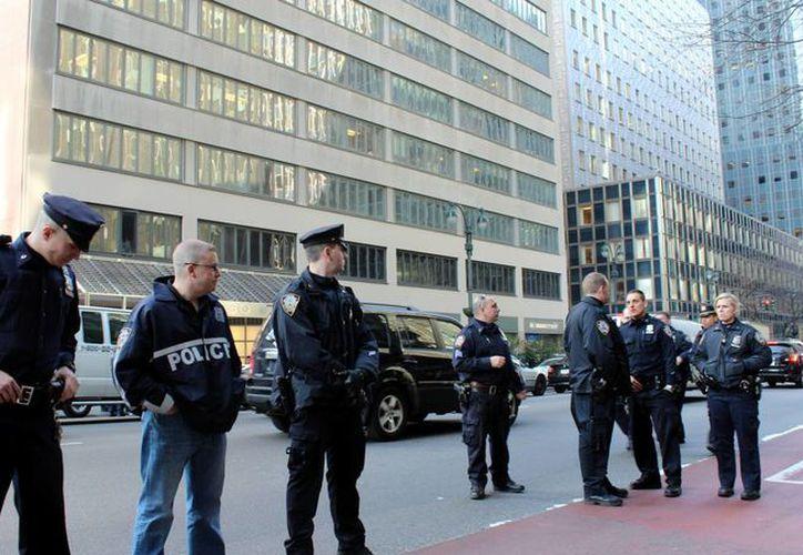 Un grupo de agentes del Departamento de Policía de Nueva York, en una calle de la Gran Manzana. Muchos de estos agentes han sido asignados a labores antiterroristas.  (Archivo/EFE)