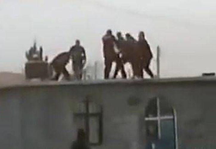 Los vecinos pedían a gritos que cesara la agresión contra los muchachos. (Captura de pantalla)