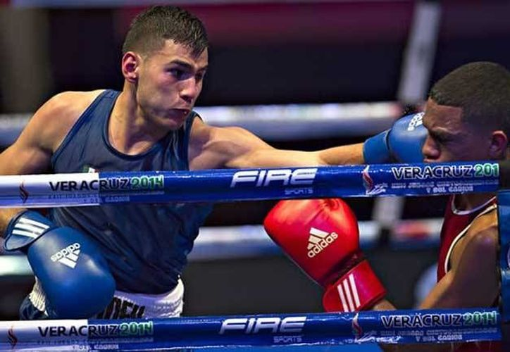 El pugilista, Lindolfo Delgado (i), viajó este viernes a Doha, Qatar, sede del mundial de boxeo, y donde el mexicano competirá en los pesos ligeros. (zocalo.com.mx)