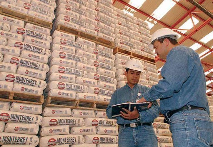 Cemex produce al año cerca de 700 millones de sacos de cemento. (obrasweb.mx)