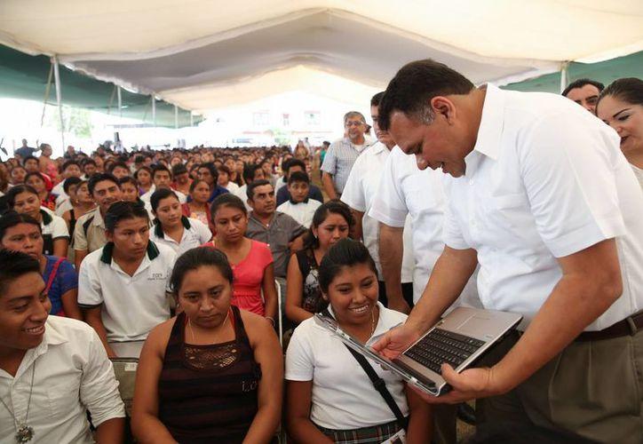 Este miércoles el Gobernador de Yucatán entregó computadoras en los municipios de Tinum y Calotmul como parte del programa Bienestar Digital. (Foto cortesía del Gobierno de Yucatán)