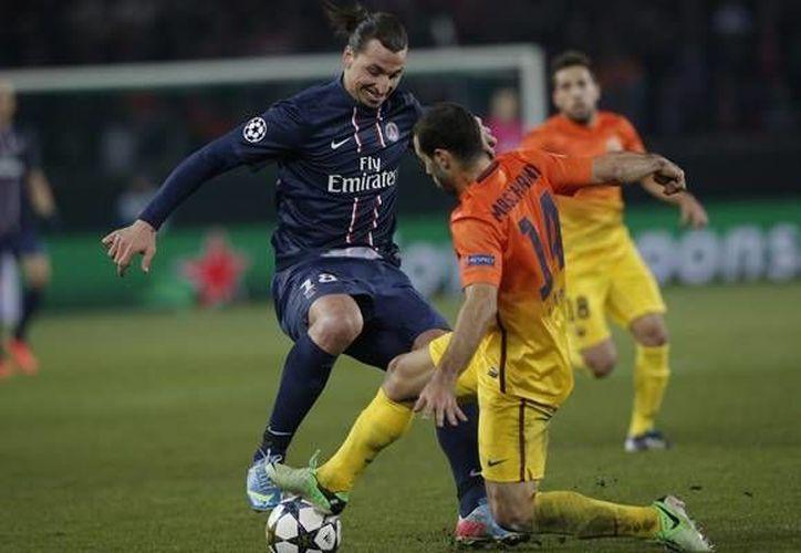 Mascherano (de amarillo) disputa el balón con Ibrahimovic en duelo de la Liga de Campeones donde se lesionó. (www.mediotiempo.com/Archivo)