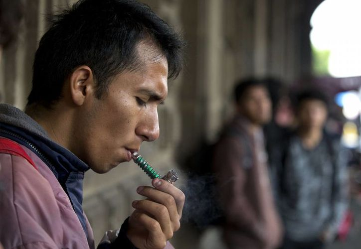 Un activista fuma marihuana fuera del edificio de la Suprema Corte de Justicia de la Nación en apoyo a la legalización del cannabis en México, el miércoles 28 de noviembre de 2015. (Agencias)