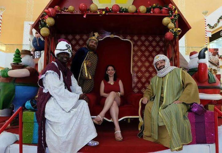 La alcaldesa de Valladolid, Alpha Tavera Escalante, posa junto a los Reyes Magos en un centro comercial al norte de Mérida. (Milenio Novedades)