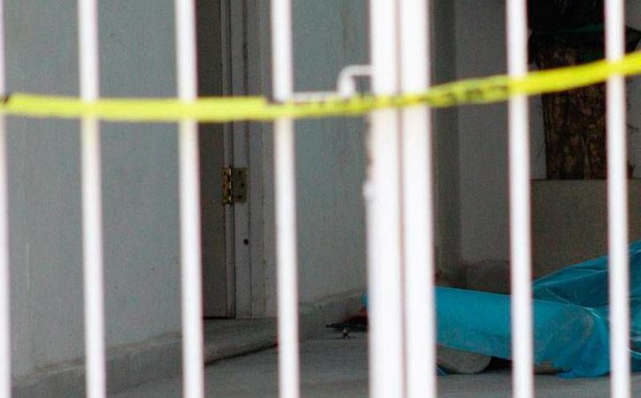 Un albañil murió aplastado: 10 sacos de cemento le cayeron encima, cuando intentaba bajar uno, en una bodega. (Martín González/SIPSE)