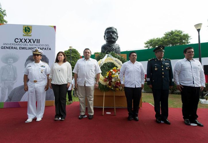 Miembros del Gobierno del Estado de Yucatán acudieron al homenaje por el 137 aniversario del nacimiento de Emiliano Zapata. (Cortesía)