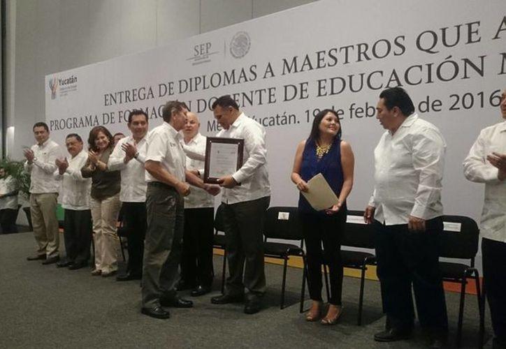 El Gobernador de Yucatán entregó los reconocimientos a los 515 maestros que concluyeron el diplomado de competencias docentes. (Arturo Valadéz/SIPSE)