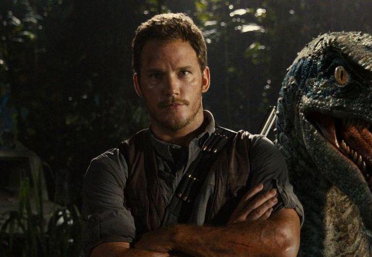 Chris Pratt aparece alimentando a un pequeño dinosaurio en el trálier oficial de Jurassic World 2: Fallen Kingdom. (Foto: IGN Latinoamérica)