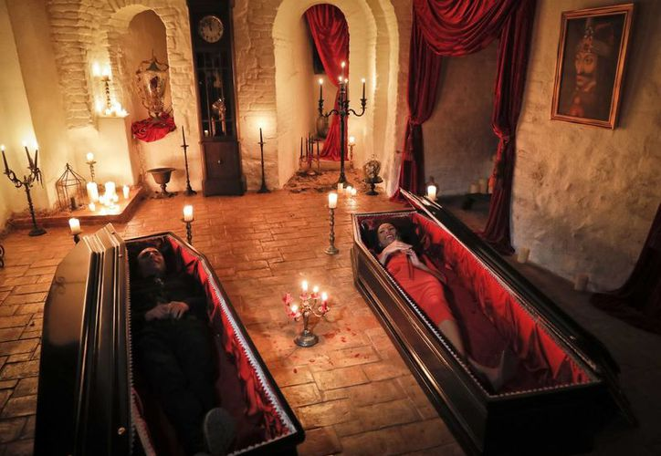 Los hermanos fueron escogidos entre 88 mil personas para dormir en el Castillo Bran en Transilvania. (AP)