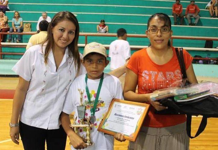 El niño progreseño Arturo Puc Rentería ganó el concurso de dibujo de Bienestar en Vacaciones. (Óscar Pérez/SIPSE)
