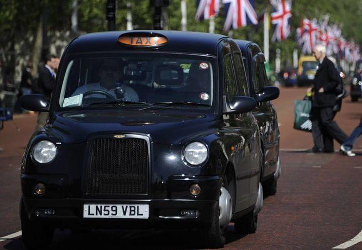 Nissan tuvo que cumplir las estrictas regulaciones del Transporte de Londres para rediseñar los tradicionales taxis negros de la capital británica. (ideastream.org)