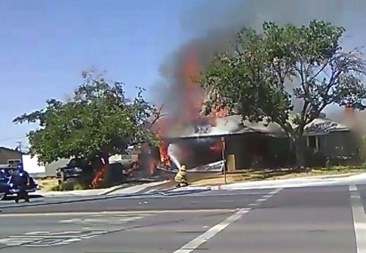 En esta imagen tomada de un video proporcionado por Ben Hood, un bombero combate un incendio el jueves 4 de julio de 2019 tras un terremoto en Ridgecrest, California. (Ben Hood v a AP)