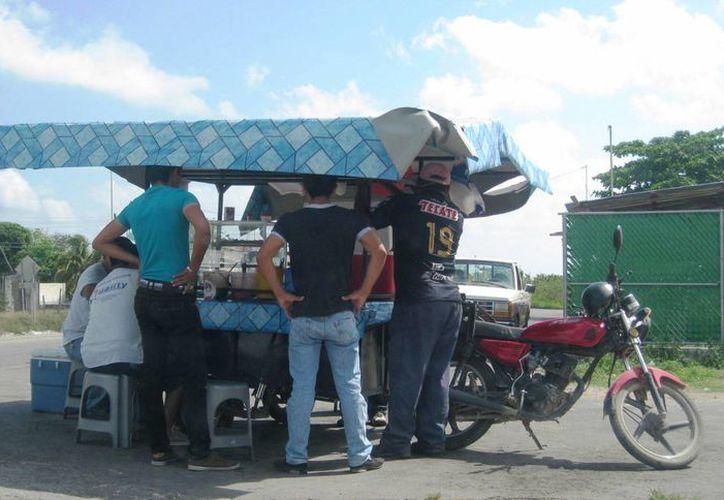 La venta de pollos asados en Bacalar, sigue en declive. (Javier Ortiz/SIPSE)