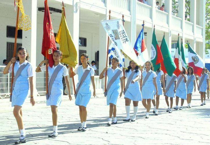 """Estudiantes de la escuela secundaria """"Adolfo López Mateos"""", presentarán varias banderas, para recordar los cambios que ha sufrido a lo largo de los 192 años de su existencia. (Redacción/SIPSE)"""