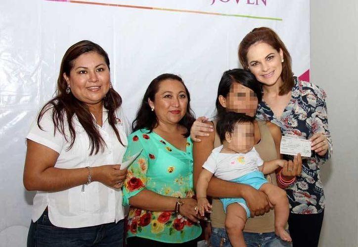 Jóvenes madres recibieron becas económicas para continuar sus estudios. (Cortesía)