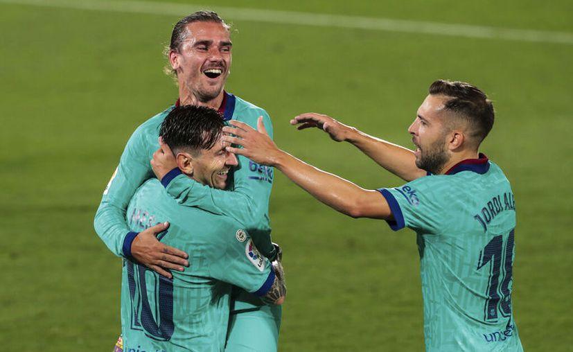 Antoine Griezmann celebra su anotación con Lionel Messi y Jordi Alba. (Foto: AP)