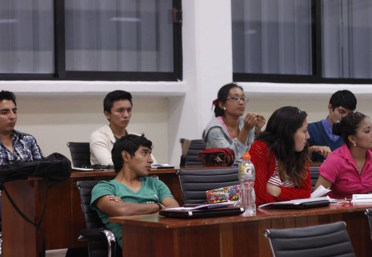 Un reducido número de universitarios asistieron a la conferencia. (Archivo/SIPSE)