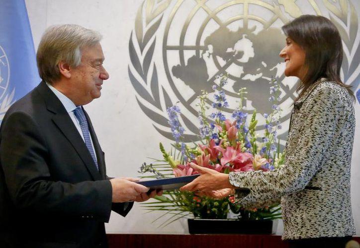 La nueva embajadora de EU ante la ONU, Nikki Haley, presenta sus cartas credenciales al secretario general de Naciones unidas, Antonio Guterres, el viernes 27 de enero de 2017, en la sede del organismo internacional. (AP/Bebeto Matthews)