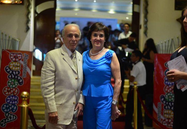 El invitado de honor fue el primer actor Luis Bayardo, en la foto acompañado de su esposa, quien es uno de los protagonistas del filme En el último trago. (Luis Pérez/SIPSE)