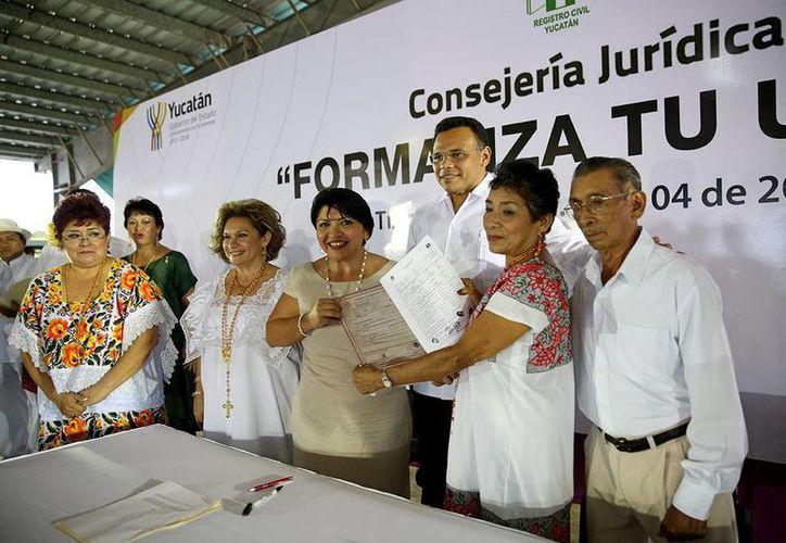 Rolando Zapata Bello entregó algunas actas matrimoniales en la multitudinaria ceremonia realizada en Tizimín. (SIPSE)