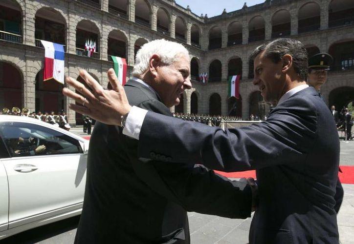Peña Nieto saluda a Martinelli previo al acuerdo para un Tratado de Libre Comercio entre México y Panamá. (presidencia.gob.mx)