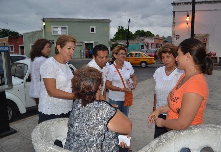 Ana Rosa Payán Cervera, candidata de Movimiento Ciudadano a la alcaldía de Mérida, saluda a vecinos de San Sebastián. (SIPSE)