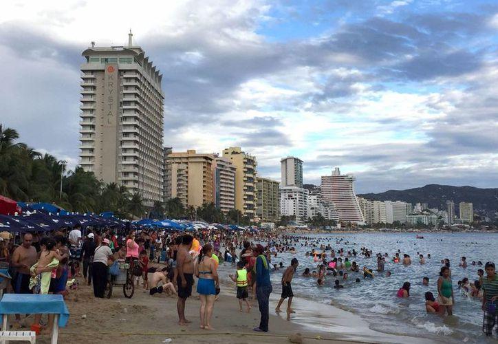 """Las playas de Acapulco reportan """"buena"""" afluencia turística. (Notimex)"""