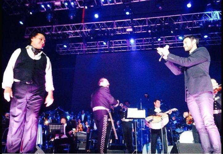 El cantante argentino Luciano Pereyra compartió en su cuenta de Twiiter una foto en la que se le puede ver junto a Juan Gabriel en el escenario. (twitter.com/LucianoPereyra)