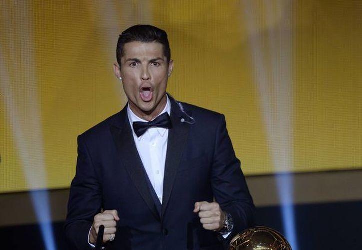 Tras recibir su tercer Balón de Oro, Cristiano Ronaldo finalizó su discurso con un grito de ¡síiii!!, como una expresión ganadora.  (Foto:AP)