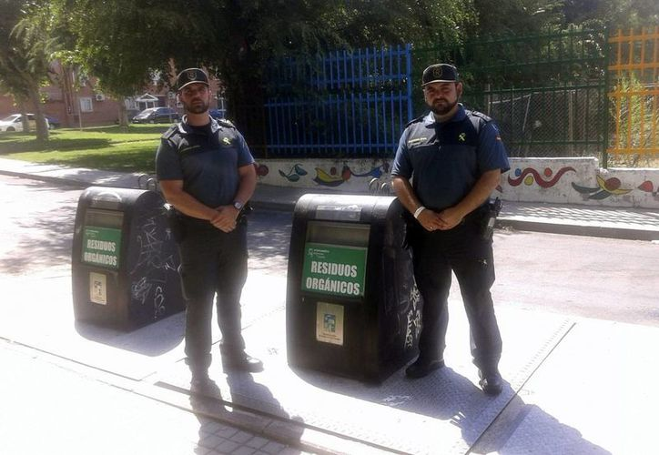 Estos son los dos agentes que encontraron al recién nacido -de aproximadamente dos semanas-  en un contenedor de basura. (EFE)